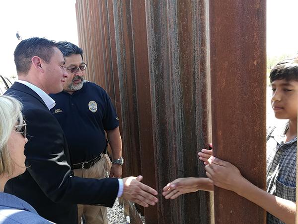 Candidatos Demócratas visitan la frontera