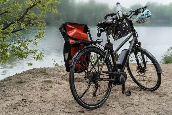 Bicicleta junto a laguna