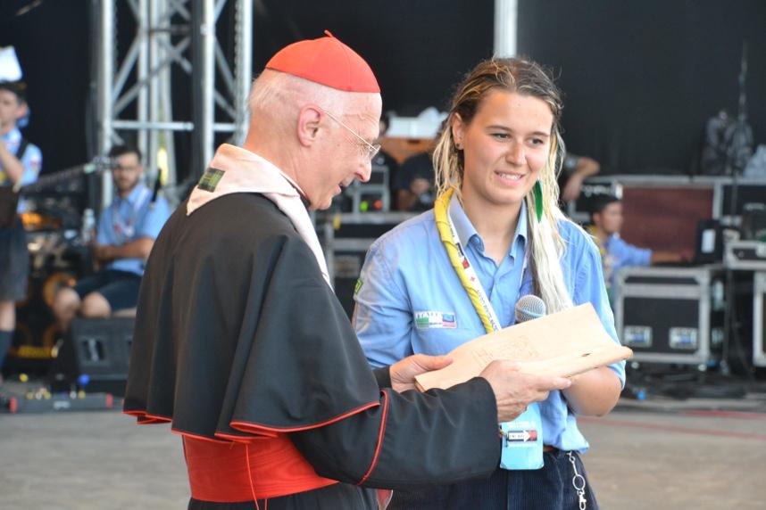 Il cardinale Bagnasco riceve da Agnese la Carta del coraggio - foto di Nicola Catellani