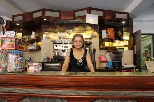 Delia accoglie i migranti nel suo bar