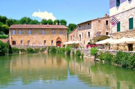 Bagno-Vignoni-in-estate