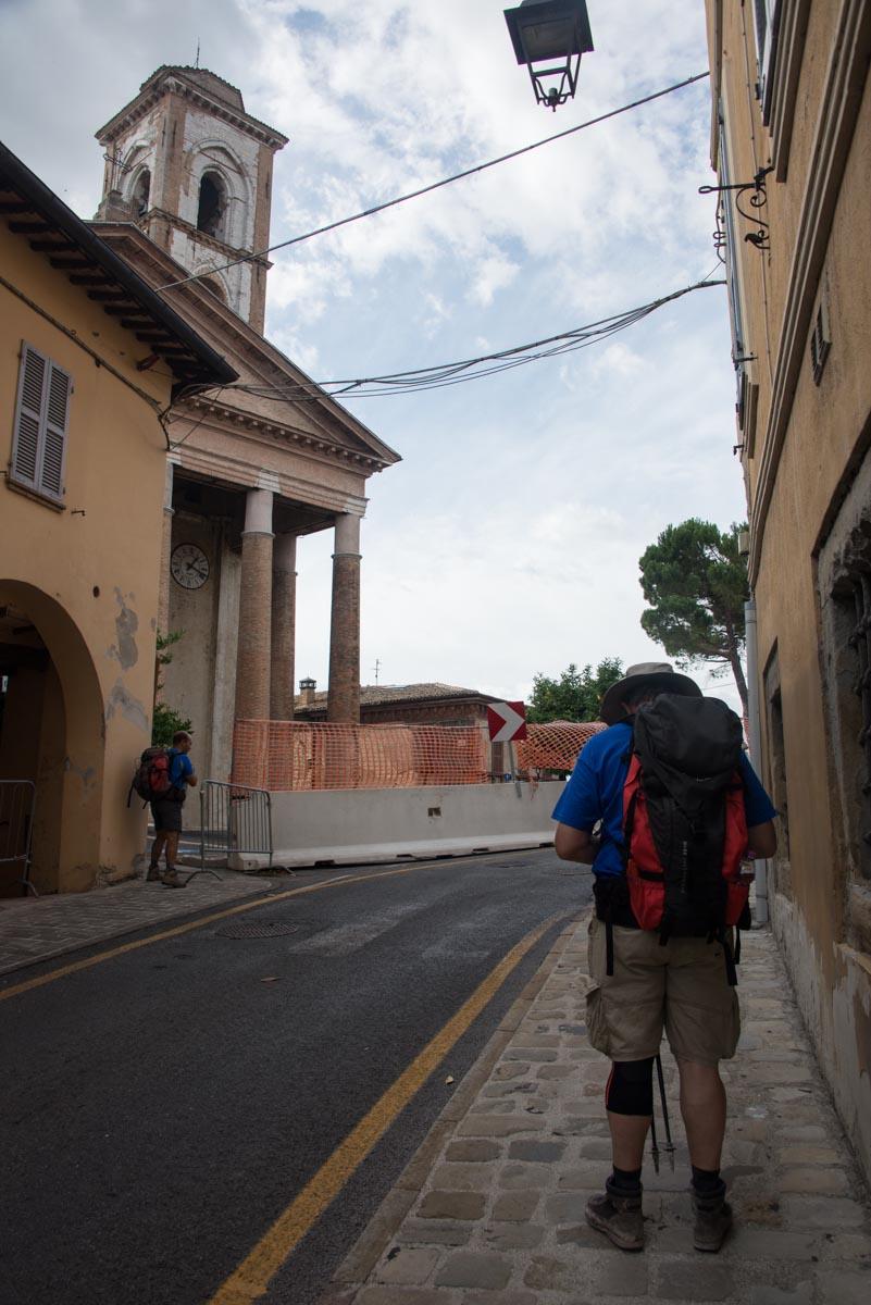 Cammino Terre Mutate Tappa 3 Camerino Fiastra al cospetto della chiesa di san venanzio camerino