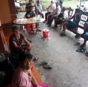 Bà con lối xóm đến chia buồn với hoạn nạn của gia đình ông Võ Hồng Khởi sáng ngày 4/8.
