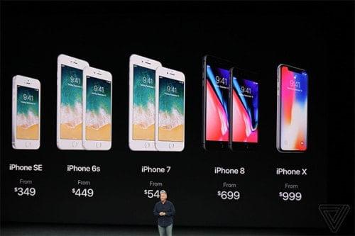 Apple giới thiệu giá của 5 chiếc iPhone trên sân khấu sự kiện.