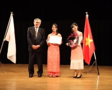 Giải Nhất và giải Nhì được trao cho nhóm thí sinh năm thứ ba đã có thời gian du học tại Việt Nam