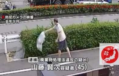 Cảnh người đàn ông vứt rác trên đường