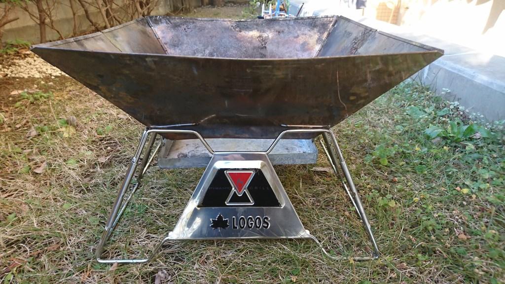 焚火ピラミッドグリルEVO-Lのグリルを乗せたところ(前面)