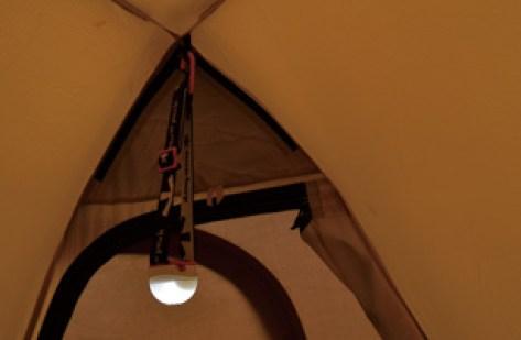 テントの中でライトをつるす