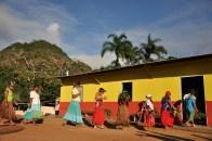 Indígenas entrando na casa do santo, durante ritual, 2012, por Daniela Alarcon.
