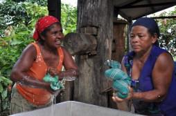 Senhoras retiram goma de mandioca para a produção de beiju, 2012, por Daniela Alarcon.
