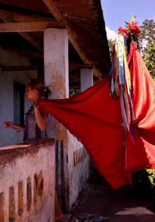 Menina carrega bandeira do Divino Espírito Santo, tradição mantida pelos Tupinambá ao longo de gerações, 2012, por Daniela Alarcon.