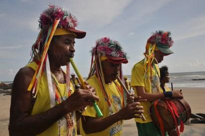 Grupo de zabumbeiros durante a Puxada do Mastro, em Olivença, festejo celebrado anualmente pelos Tupinambá, 2012, por Daniela Alarcon.