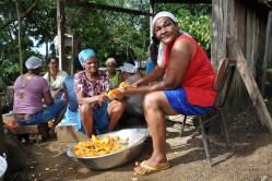 Mulheres preparando alimentos para os festejos de São Sebastião, 2012, por Daniela Alarcon.