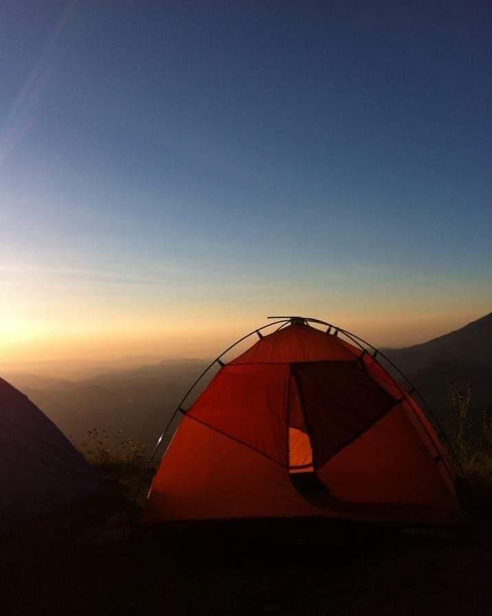 Tenda igloo al tramonto