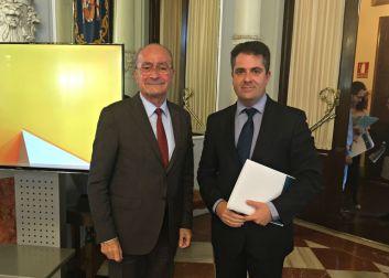 El Alcalde junto a Carlos Conde, concejal de Economía