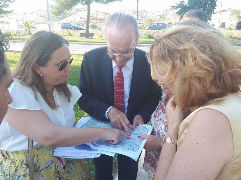 El Alcalde visita Campanillas para conocer sobre el terreno algunos de los proyectos más importantes que se preparan en el distrito