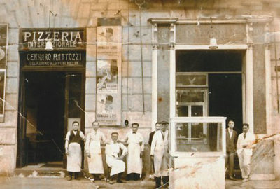 Making pizza, in Naples, in 1919