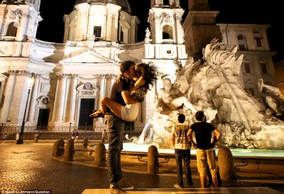 Image by photographer Ignacio Lehman who spent 3 years photographing couples kissing in the streets