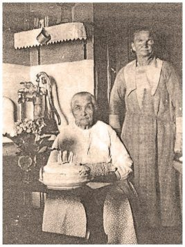 Early settlers, Mrs. Jacob (Emile) Grams and her mother-in-law, Mrs. Peter (Wilhelmena) Grams