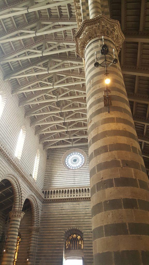 Innenansicht des Dom in Orvieto in der Toskana, Säulen