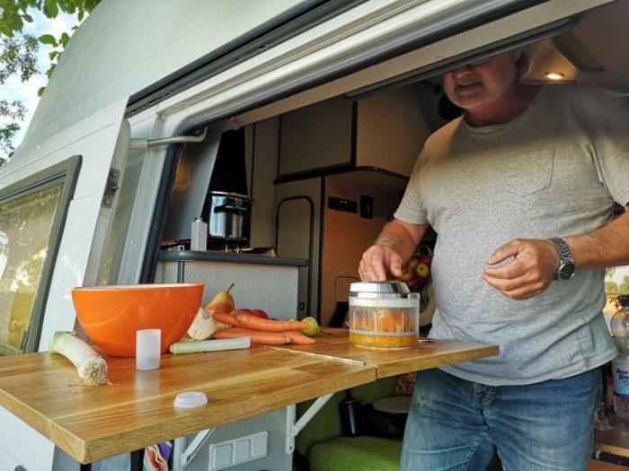 Kürbissuppe wird püriert im Wohnmobil