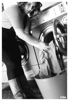 Een voor een, stuk per stuk vallen de kledingstukken in de wasmand.