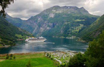 Ausblick vom Trampolin über Geiranger - seht ihr unseren roten Bulli?