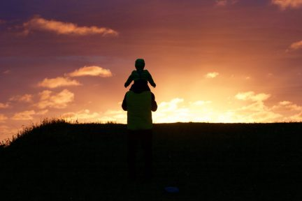 Merlin staunt auf Papas Schultern - Andenes, Lofoten