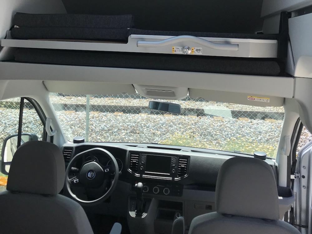 Interior da cabina de campervan VW.