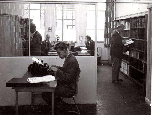 1959. Kantoor Zwolse Courant aan de Melkmarkt, Willem tikt.
