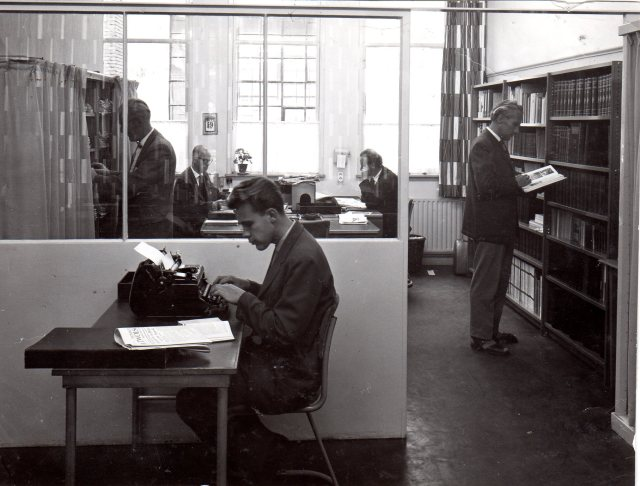 1959. Kantoor Zwolse Courant, Willem tikt.