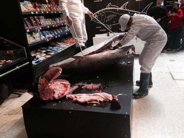 De tonijn wordt geslacht in de supermarkt