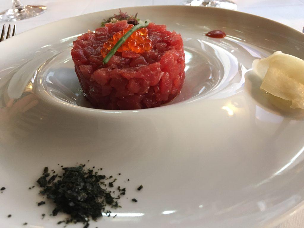 Niet alleen de sterrenrestaurants hebben heerlijk eten. Overal in de provincie tref je verse vis en andere lekkernijen aan. Zoals deze Tartaar van Tonijn.