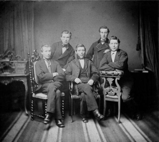 Het kantoorpersoneel van Tijl. Foto uit 1890