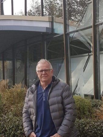 De inmiddels 60-jarige Bert Huisman voor het Historisch Centrum Overijssel, de plek waar hij zijn reddingswerk onder heeft gebracht