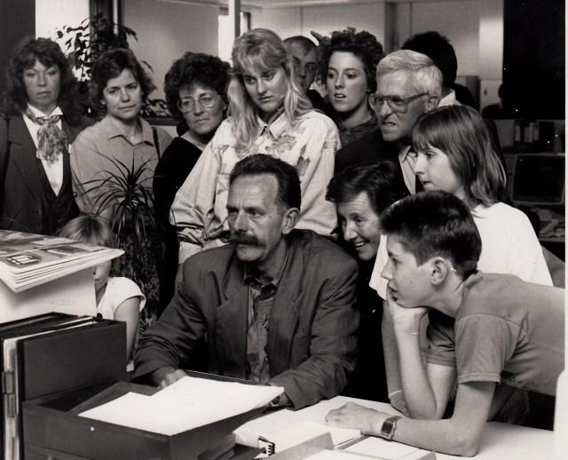 De geïnteresseerde dame op de schouder van wijlen eindredacteur Jan Middelhof (zittend aan het bureau) is Janine's moeder, erachter met bril staat haar vader. Jarenlang waren ze abonnee van de Zwolse Courant tot ze naar een andere regio verhuisden. Jarenlang organiseerde de krant rondleidingen die bijzonder populair waren. Deze excursie was een speciale ter gelegenheid van het 200-jarig bestaan van de krant in 1990