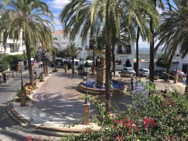 Bijna alle toeristen maken van deze Plaza de España in Vejer de la Frontera een foto. Wij dus ook. Het plein is een plaatje.