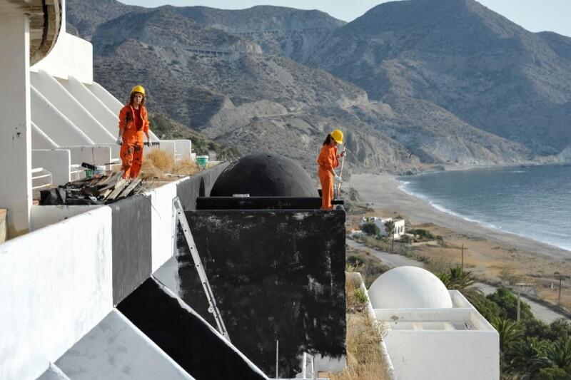 In 2014 verven honderd vrijwilligers van Greenpeace de kreet 'Hotel ilegal'. Op de achtergrond zie je de mooie kustlijn van het natuurpark Cabo de Gata.© Greenpeace/Pedro Armestre.