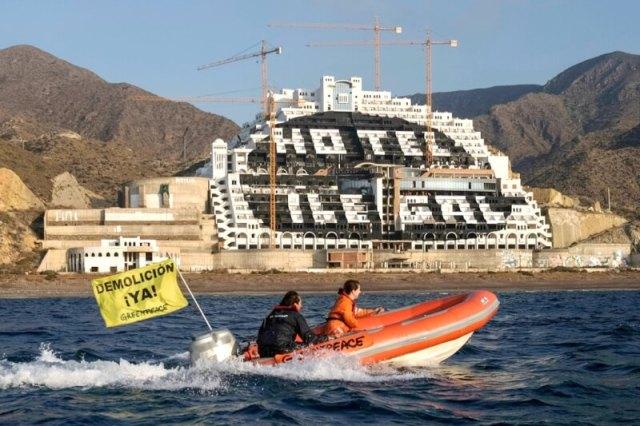 Playa del Algarrobico, Carboneras, Tekst op de vlag: 'Afbraak nu'. ©Greenpeace/Pedro Armestre.