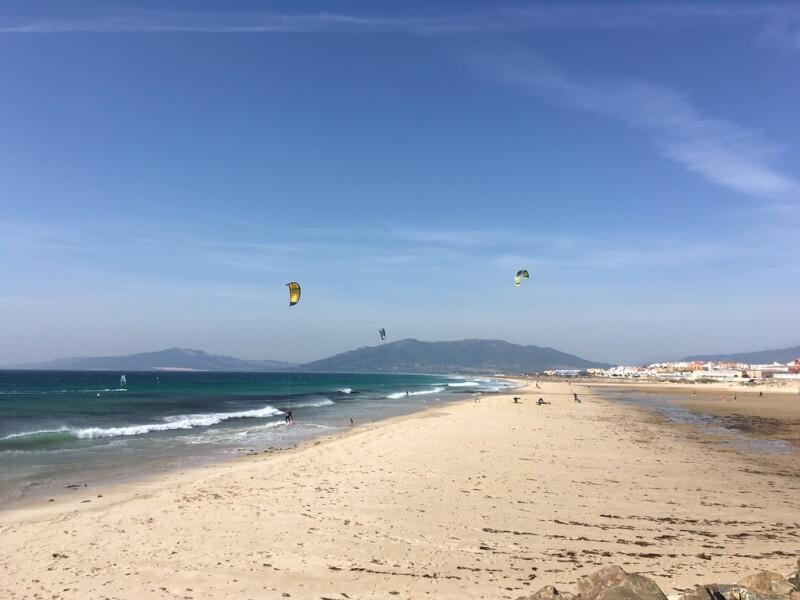 Strand van Tarifa, kijk op de bergen van Paloma