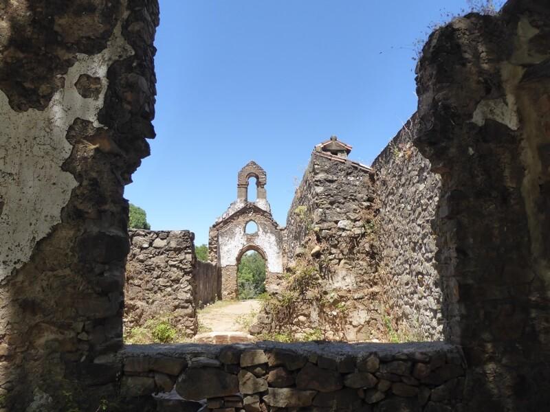 De platgebombardeerde kerk als symbool voor het kwaad.