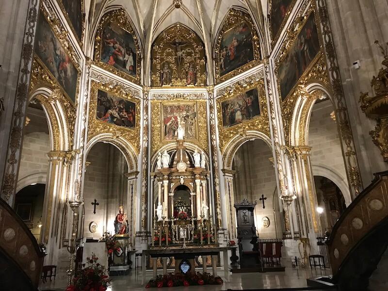 Nr. 4. Het altaar van de kathedraal, waar de zuidelijke route van de Camino de Santiago begint.