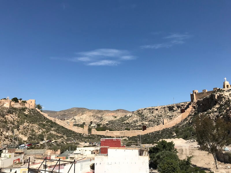 Vanaf het dakterras van Centro de Interpretación Patrimonial (nr. 2) heb je een geweldig blik op het Moorse kasteel Alcazaba (nr. 3), de oude muur Muralla de Jayrán en uitzichtspunt Cerro de San Cristóbal.