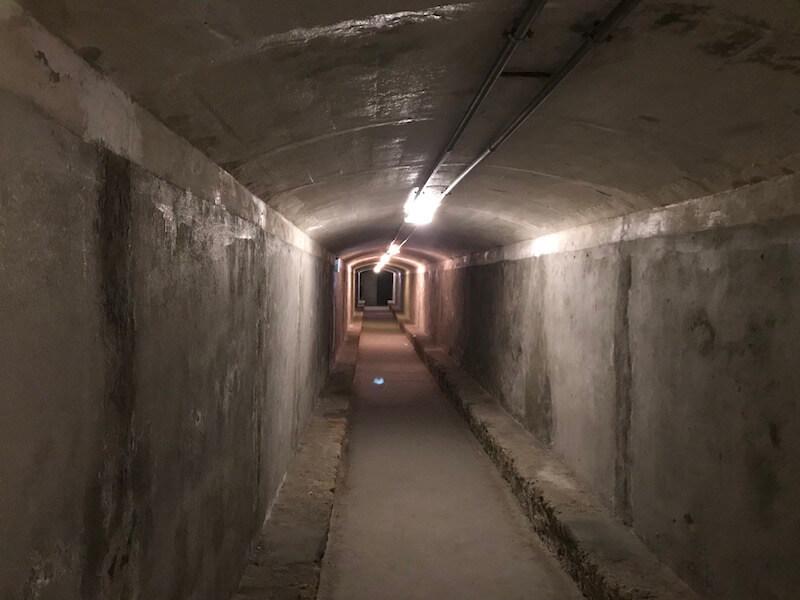 Nr. 8. Deze ondergrondse gang is te bereiken via Los Refugios de la Guerra Civil. Tijdens de Spaanse burgeroorlog huisden hier 35.000 mensen. Je kan met een gids een 1 kilometer lange tocht maken door het gangenstelsel.