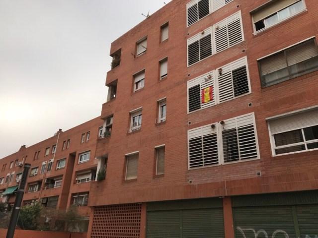 Spaanse vlag in de buitenwijk Sant Adrià de Besòs. (Barcelona).