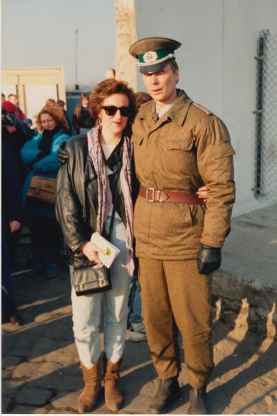 11 November 1989. Een nog jongere Janine klemde zich vast aan een DDR-grenswacht.