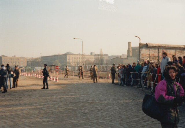 11 November 1989. Op Potsdamer Platz was een geïmproviseerde grenspost gemaakt, bewaakt door oost-Duitse grenswachten. Die werkeloos toekeken.