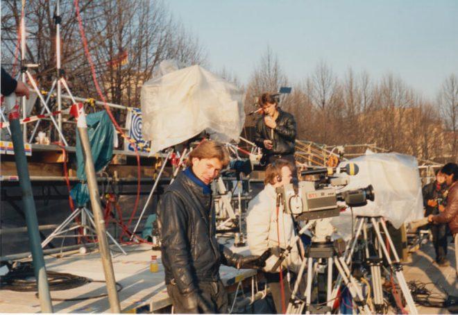 11 November 1989. De perstribune tegenover de toen nog ommuurde Brandenburger Tor. Een nog jonge Walter keek toe.