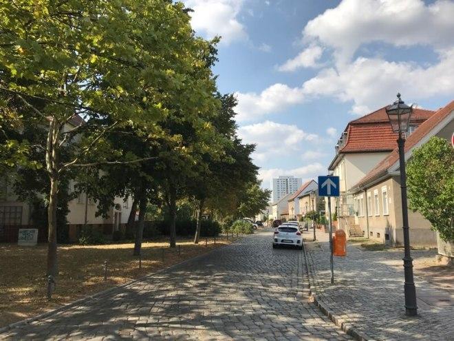 De oude kern van Marzahn, omgeven door hoge flats.