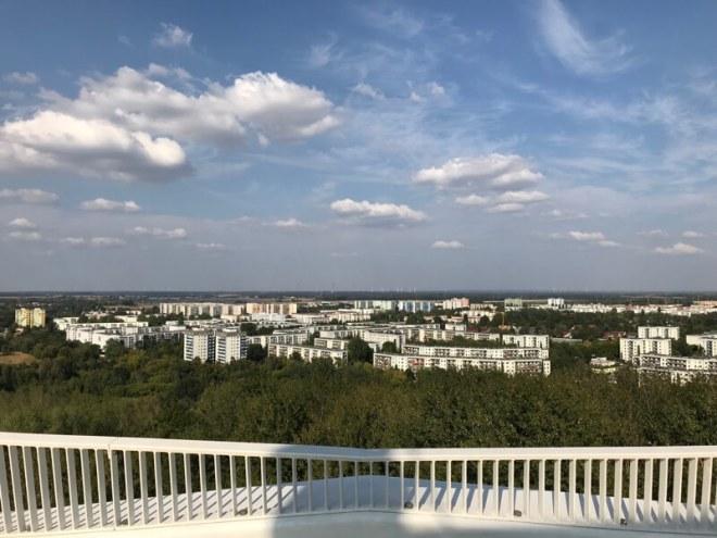Op de nieuwe uitzichttoren kun je de hele wijk en bijna heel Berlijn zien.